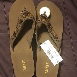 f2de4e189 NWT Women s Flip Flops Sandals Size 10 MIXIT